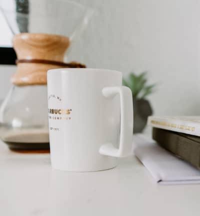 7 tips para crear una rutina de mañana productiva taza de cafe